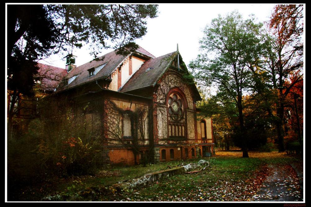 Uno dei 60 edifici dell'ospedale di Beelitz-Heilstatten, situato 50km a sud est di Berlino: in questo sanatorio venne curato anche Adolf Hitler, dopo essere stato ferito nella Prima Guerra Mondiale.