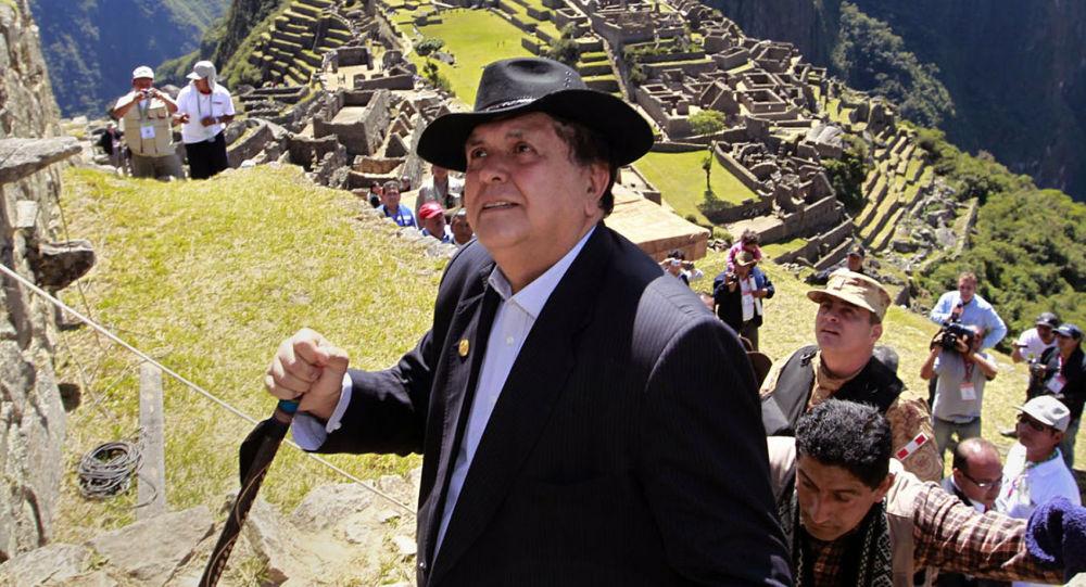 Perù, è morto l'ex presidente Garcia: si è sparato durante l'arresto