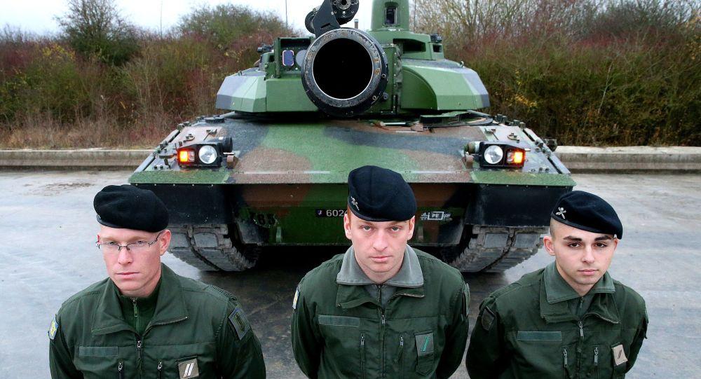 Tre militari francesi davanti al carro armato Leclerc