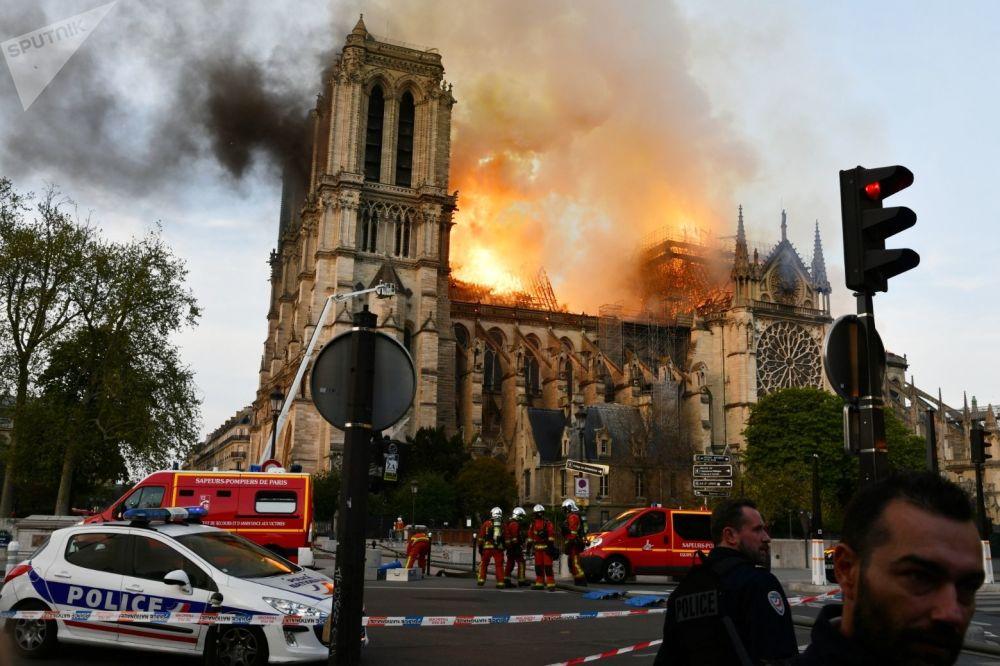 Le fiamme avvolgono la cattedrale di Notre-Dame.