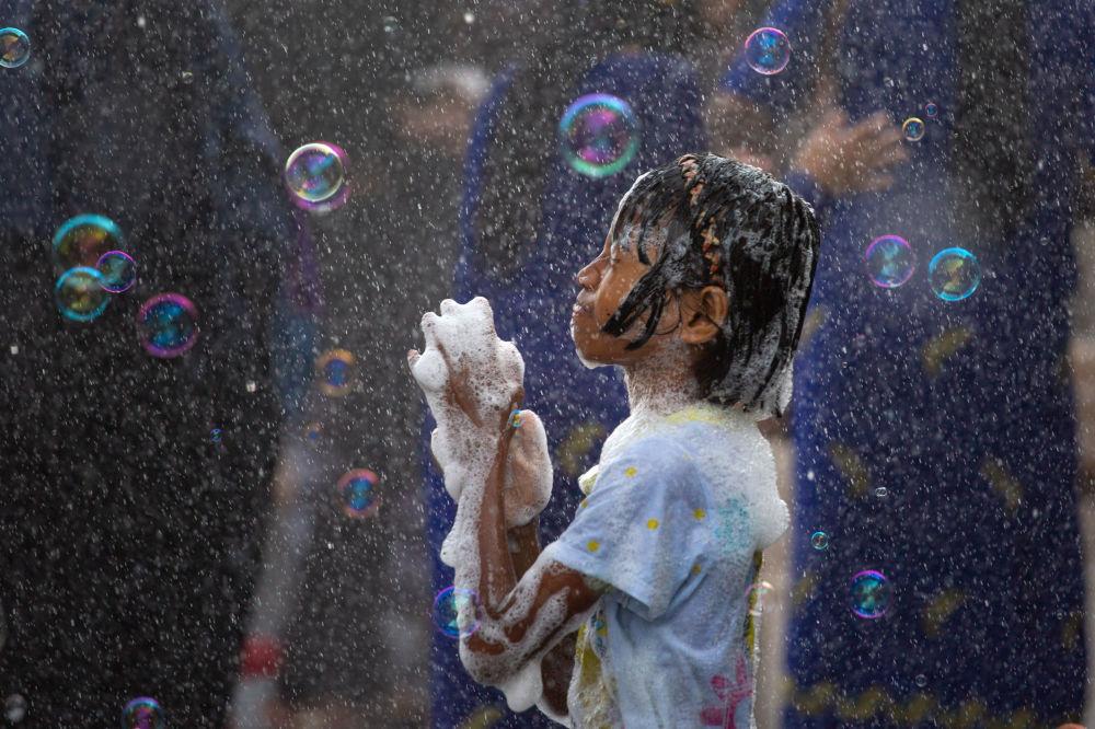 Il Thingyan festival, la celebrazione del Nuovo Anno Buddista, a Yangon, Myanmar.
