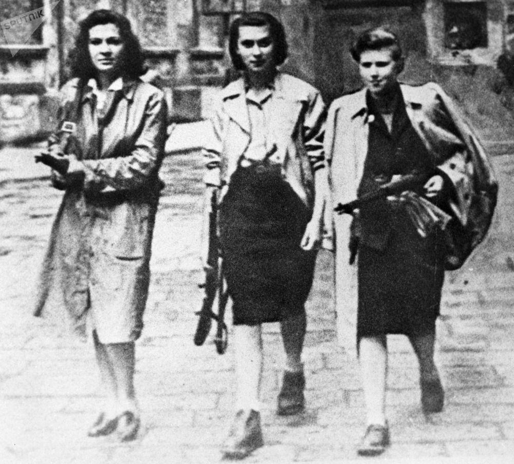 1945, donne partigiane per le strade di Ivrea