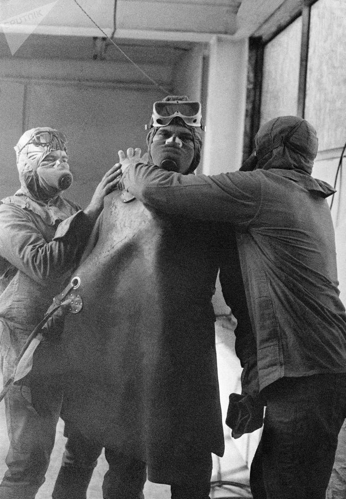 Un gruppo di liquidatori, come vennero chiamati gli uomini incaricati di rimuovere la grafite dal tetto del reattore 4 della centrale nucleare di Chernobyl