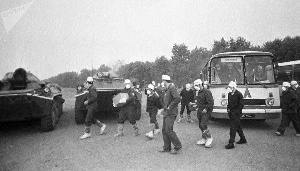 Ingegneri atomici all'arrivo a Chernobyl nei giorni successivi la catastrofe