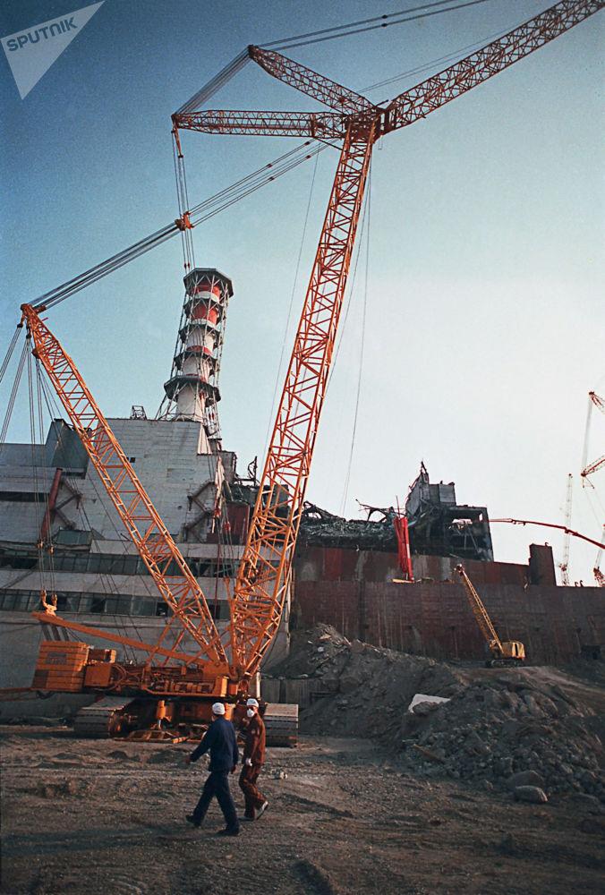 I lavori di abbattimento della parete del reattore numero 4 della centrale nucleare di Chernobyl