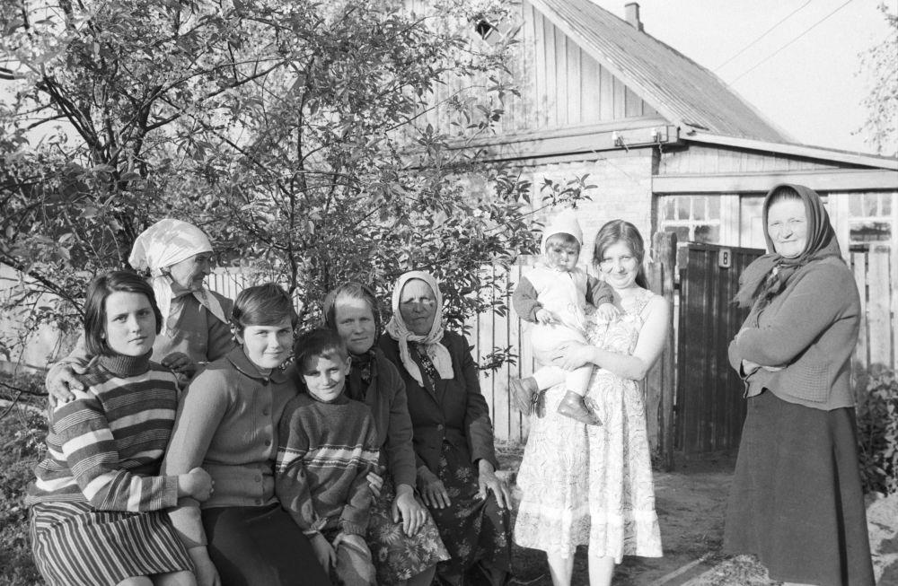 Quella che sembra una foto di famiglia, invece ritrae una delle migliaia di famiglie evacuate dall'area intorno alla centrale nucleare di Chernobyl, accolta in un villaggio di campagna di un'altra regione dell'Ucraina