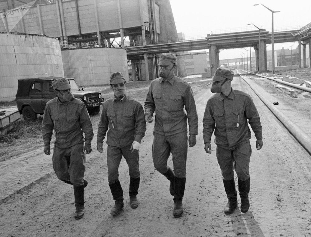 Una brigata di liquidatori: furono più di 600 mila gli uomini provenienti da tutta l'Unione Sovietica per lavorare all'opera di bonifica della centrale nucleare di Chernobyl