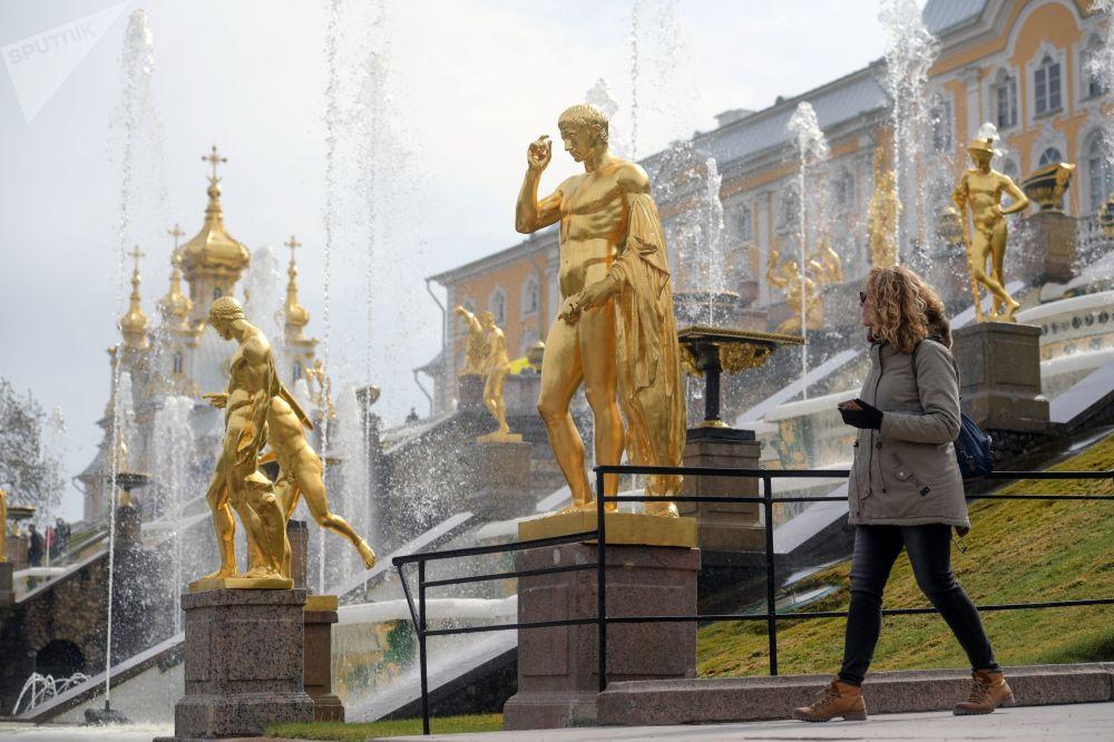 La stagione estiva di apertura delle fontane della reggia di Petergof inizia il 27 aprile