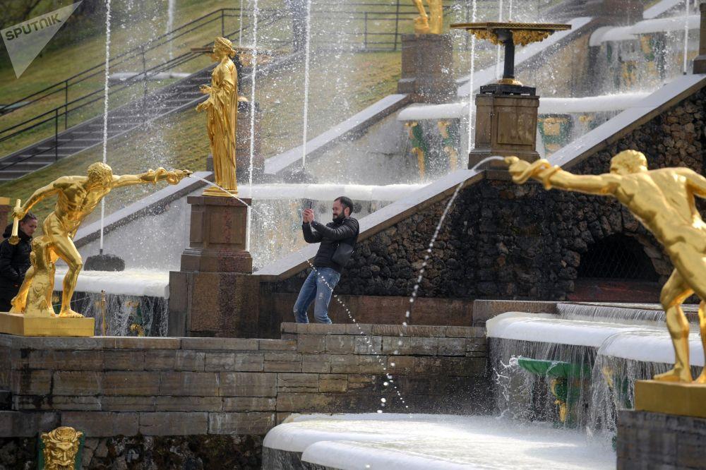 A San Pietroburgo il tempo è spesso variabile, ma nei rari giorni di sole e caldo estivo, i turisti apprezzano particolarmente gli schizzi delle fontane dorate di Petergof