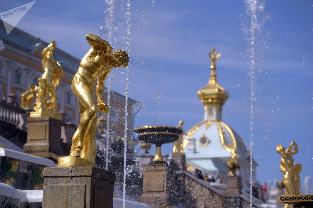 Le fontane della Grande Cascata di Petergof: sullo sfondo l'edifico della Tesoreria, progettato dall'architetto italiano Rastrelli a metà '700