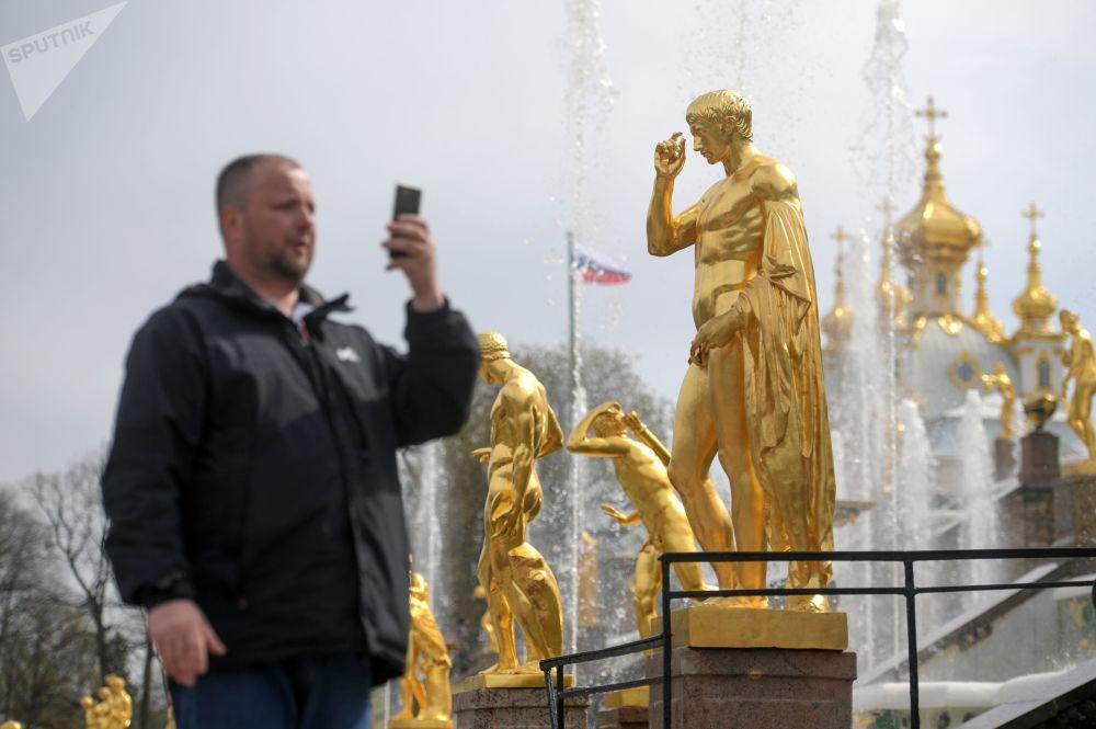 Un turista fotografa una delle fontane della Gran Cascata: nel 2018 sono stati 4 milioni e 800 mila i turisti che hanno visitato la reggia fatta costruire dallo zar Pietro il Grande