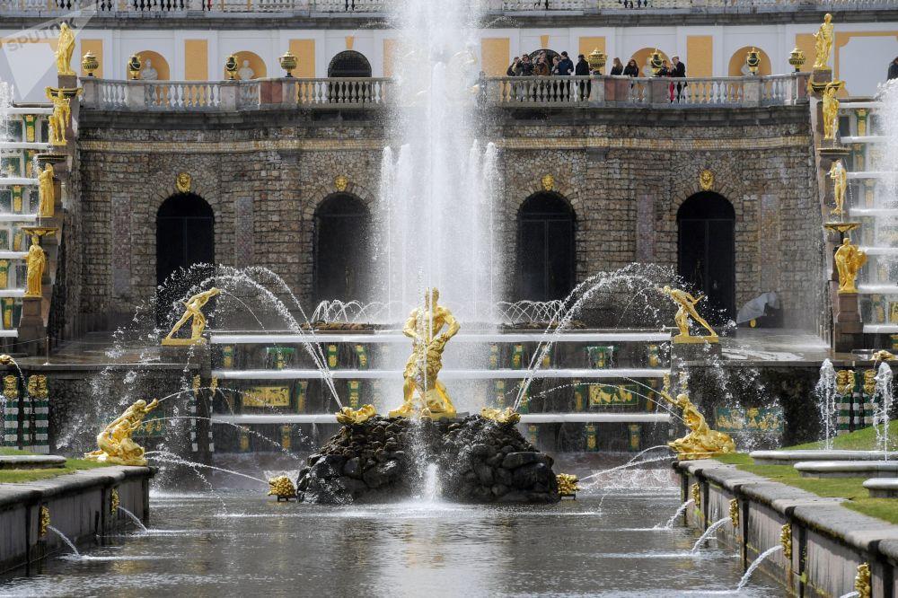 La fontana simbolo di Petergof, Sansone che spezza le mandibole dei leoni, progettata nel 1725 da Benedetto Rastrelli su ordine di Pietro il Grande, che decise di celebrare così il 25° anniversario della vittoria russa contro gli svedesi nella battaglia di Poltava del 27 giugno 1709,  San Sansone l'Ospitaliere, patrono dell'Esercito Russo.