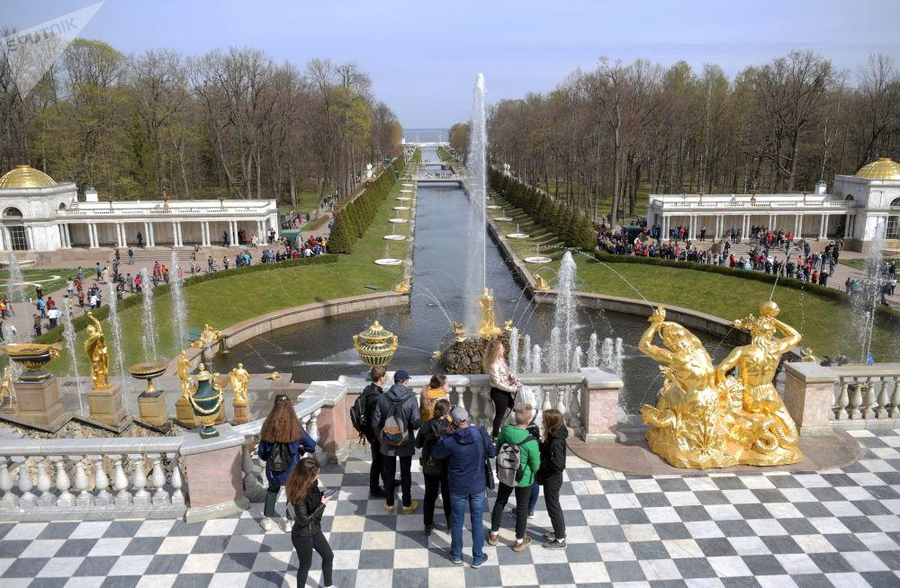 Il Canale Marittimo, lungo 535 metri e largo 12, che unisce il Gran Palazzo di Petergof al Mar Baltico