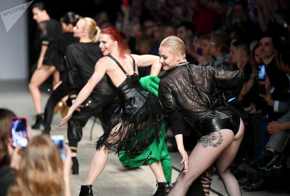 Le modelle si sfilano per presentare la collezionie di Julia Dalakian alla Settimana di moda Mecedes-Benz a Mosca.