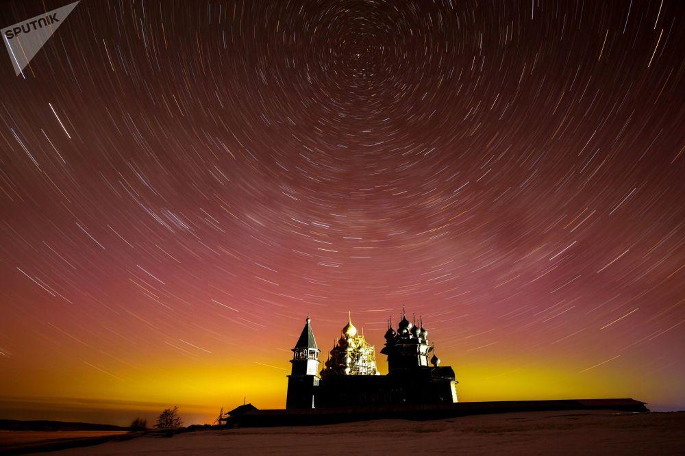Il cielo stellato sopra il museo storico Kizhi nella repubblica di Carelia.