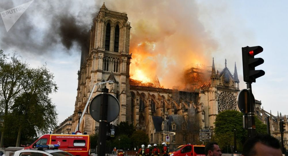 Le fiamme avvolgono la cattedrale di Notre-Dame (foto d'archivio)