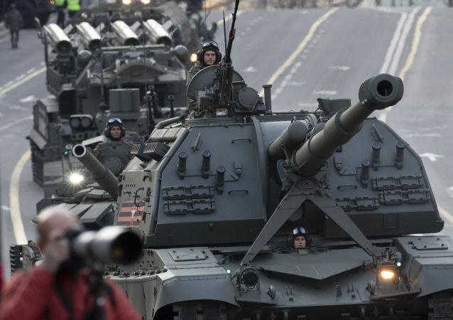 L'arrivo dei mezzi militari per le prove della Parata della Vittoria a Mosca.