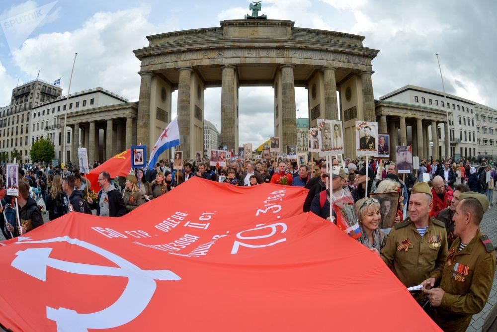 Partecipanti del Reggimento immortale davanti alla Porta di Brandeburgo a Berlino.