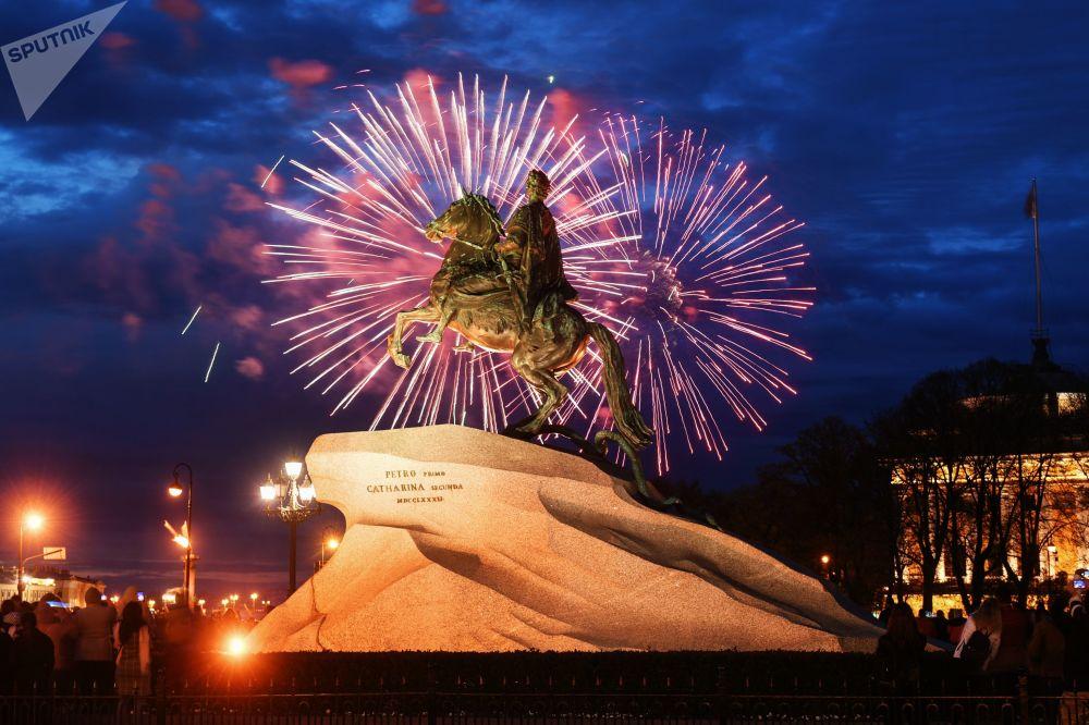 I fuochi d'artificio a San Pietroburgo nel Giorno della Vittoria.