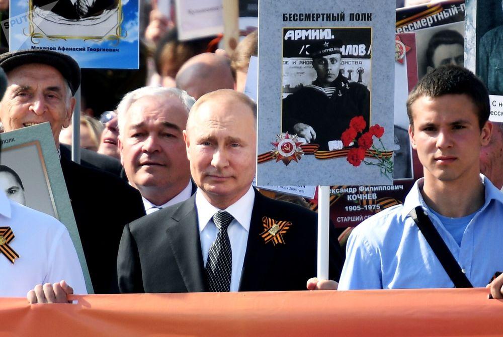Il presidente russo Vladimir Putin partecipa alla marcia Reggimento Immortale con il ritratto del suo padre.
