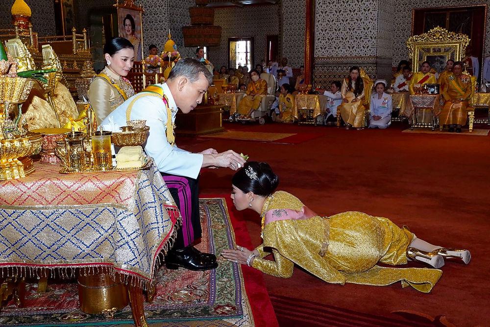 Il re della Thailandia Maha Vajiralongkorn fa la cresima a sua figlia, principessa Sirivannavari Nariratana, durante la sua incoronazione a Bangkok.