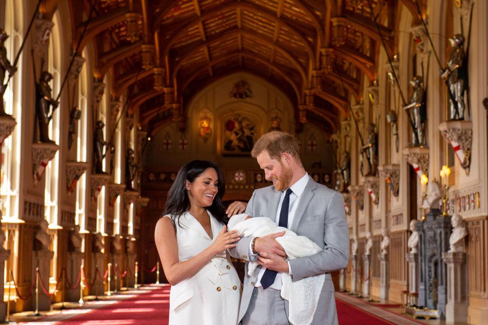 IL Principe Harry e Megan, Duchessa di Sussex, con il loro bambino neonato.