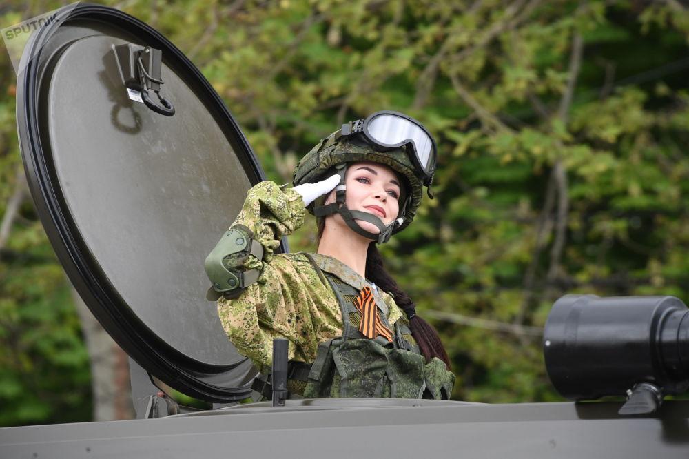 Una soldatessa durante la Parata del Giorno della Vittoria a Sebastopoli, Russia.