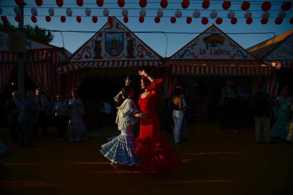 Le danze del festival tradizionale a Sevilla, Spagna.