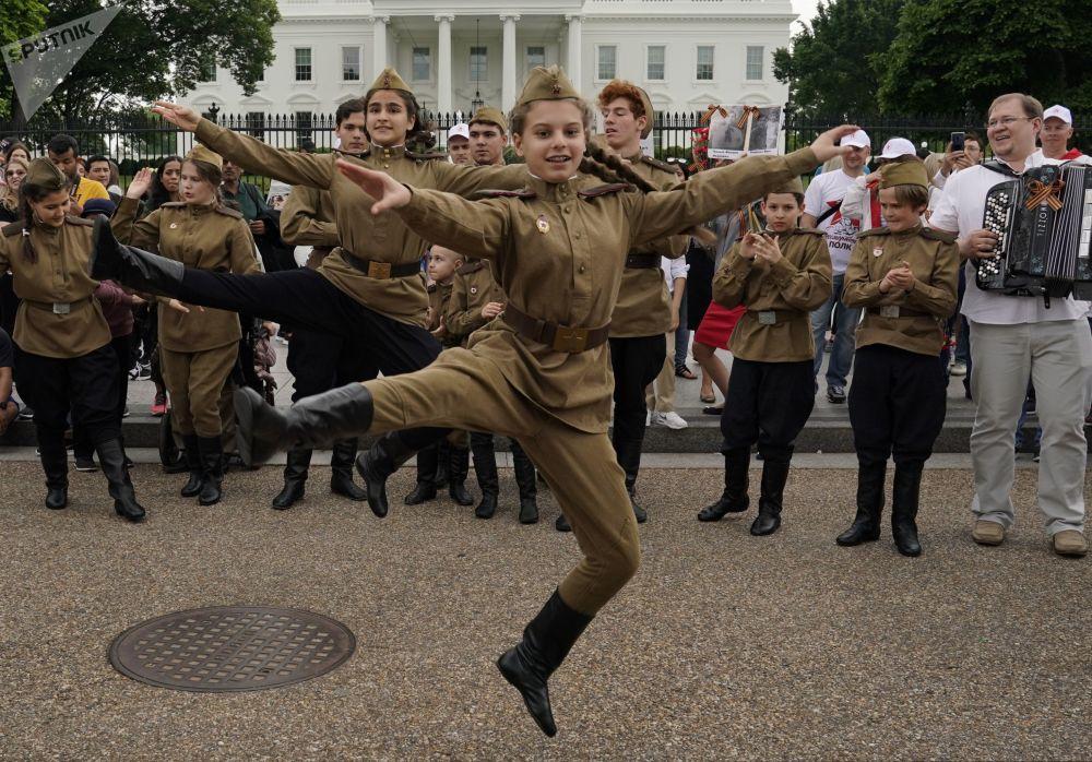 I giovani partecipanti al Reggimento IMmortale prima dell'inizio del corteo per le vie di Washington.
