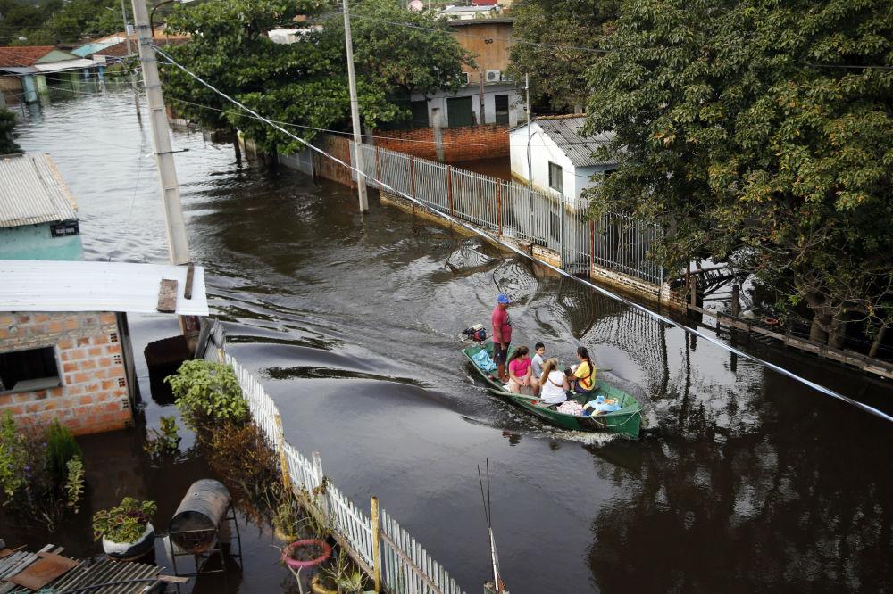 Una strada di Asuncion colpita da un'alluvione, Paraguay.