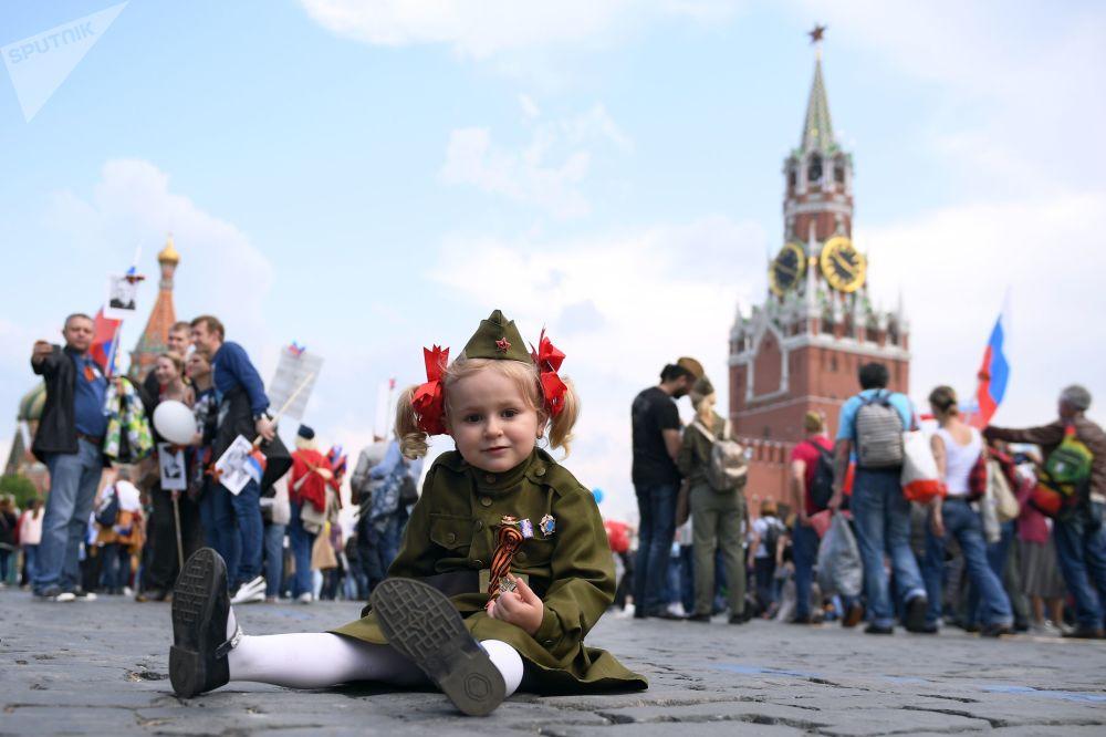 Bambina che partecipa alla marcia Reggimento Immortale.