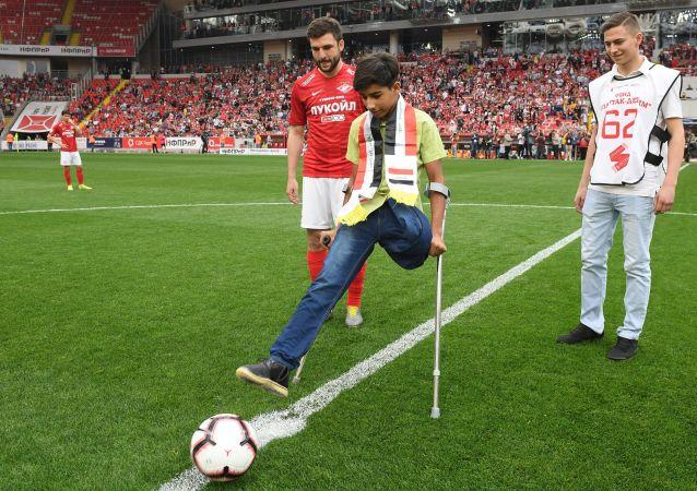 Qasim Alkadim dà il calcio d'inizio dell'incontro Spartak-Ufa del campionato russo