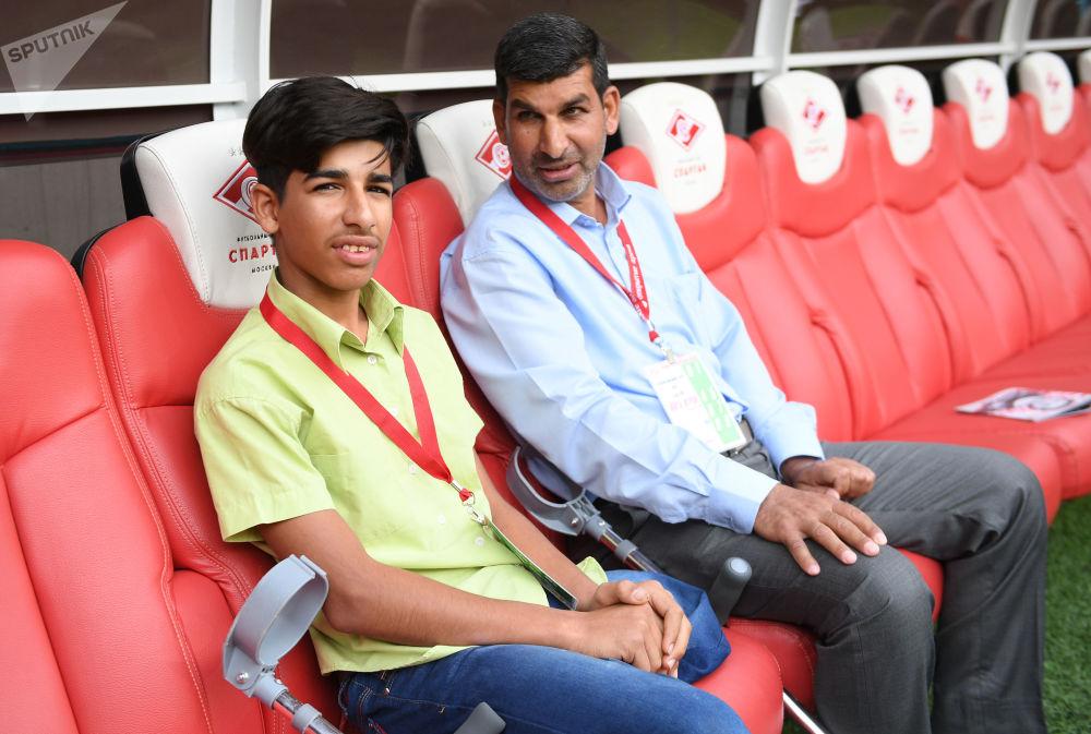 Qasim Alkadim insieme al papà sulla panchina dello stadio Otkrytie Arena di Mosca