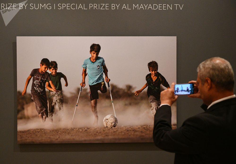 La fotografia di Qasim esposta all'apertura della mostra dedicata al IV fotoconcorso Andrey Stenin