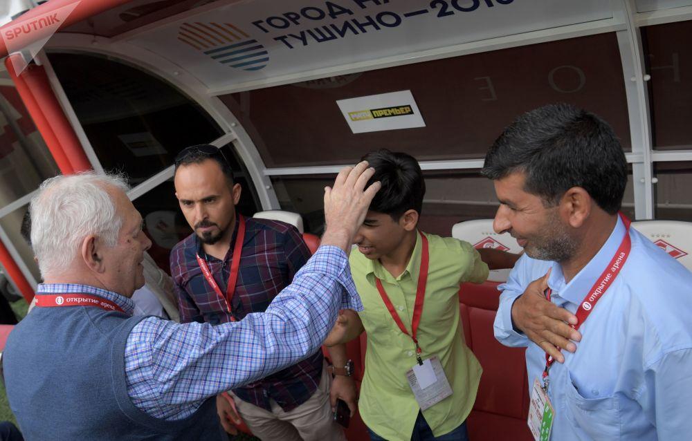 Qasim Alkadim insieme al padre, al fotografo Taisir Mahdi ed al chirurgo Leonid Roshal