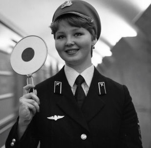 Anno 1980, un'addetta alla circolazione dei treni nella stazione Mayakovskaya