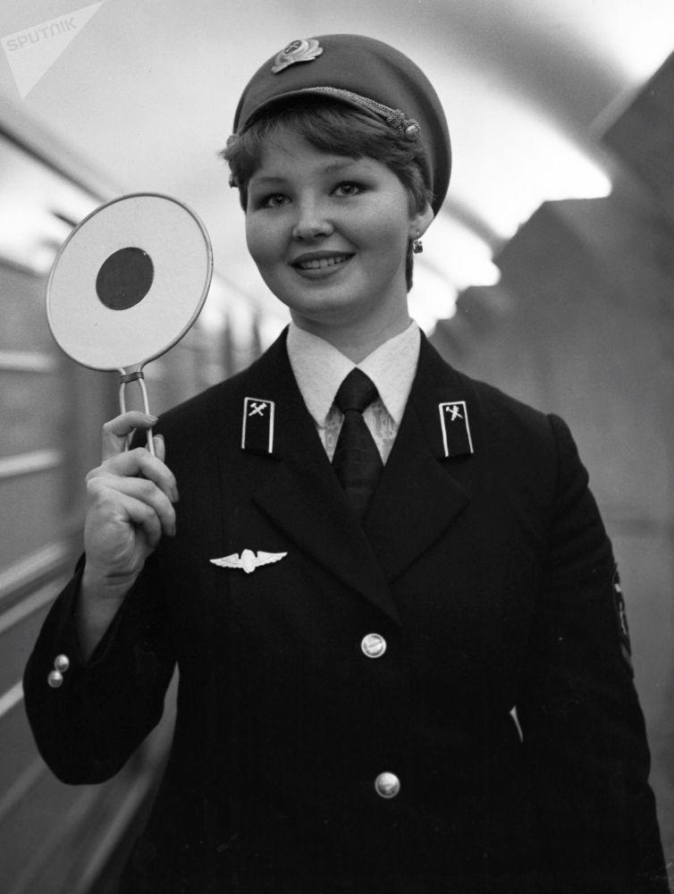 1980 - Un'addetta ai treni nella stazione Mayakovskaya di Mosca