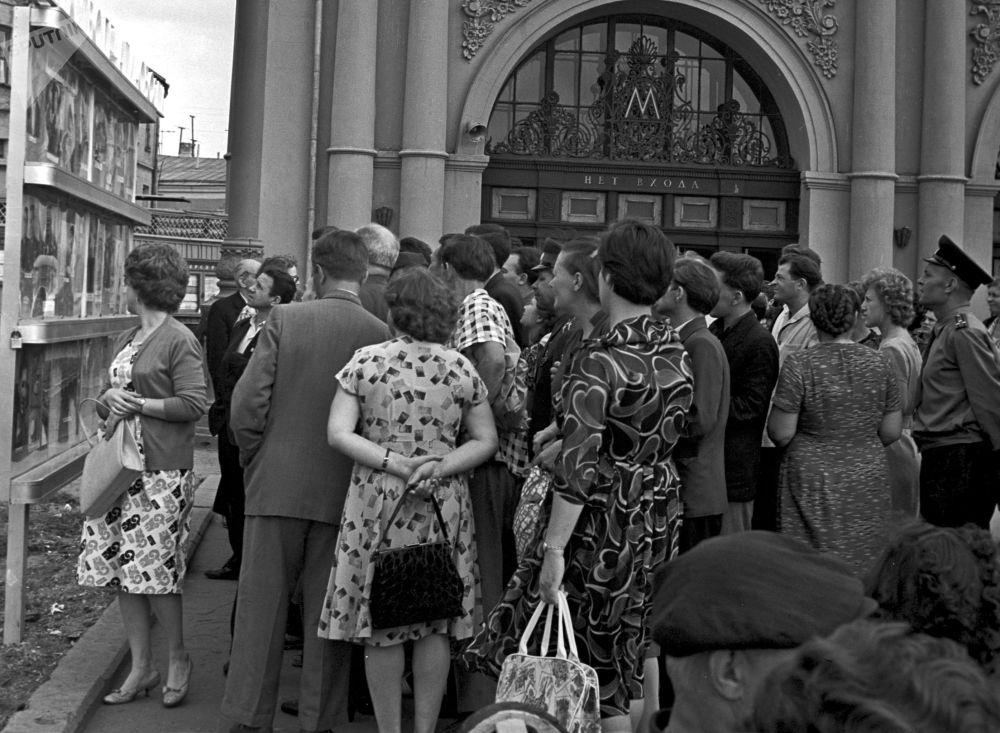 1962 - Ressa fuori da una stazione della metropolitana di Mosca per osservare le fotografie dedicata alle imprese del cosmonauta Andrian Nikolayev