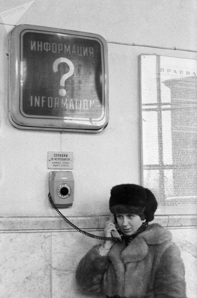 1980 - Nelle stazioni della metropolitana di Mosca erano installati dei telefoni attraverso i quali era possibile chiedere informazioni sul servizio