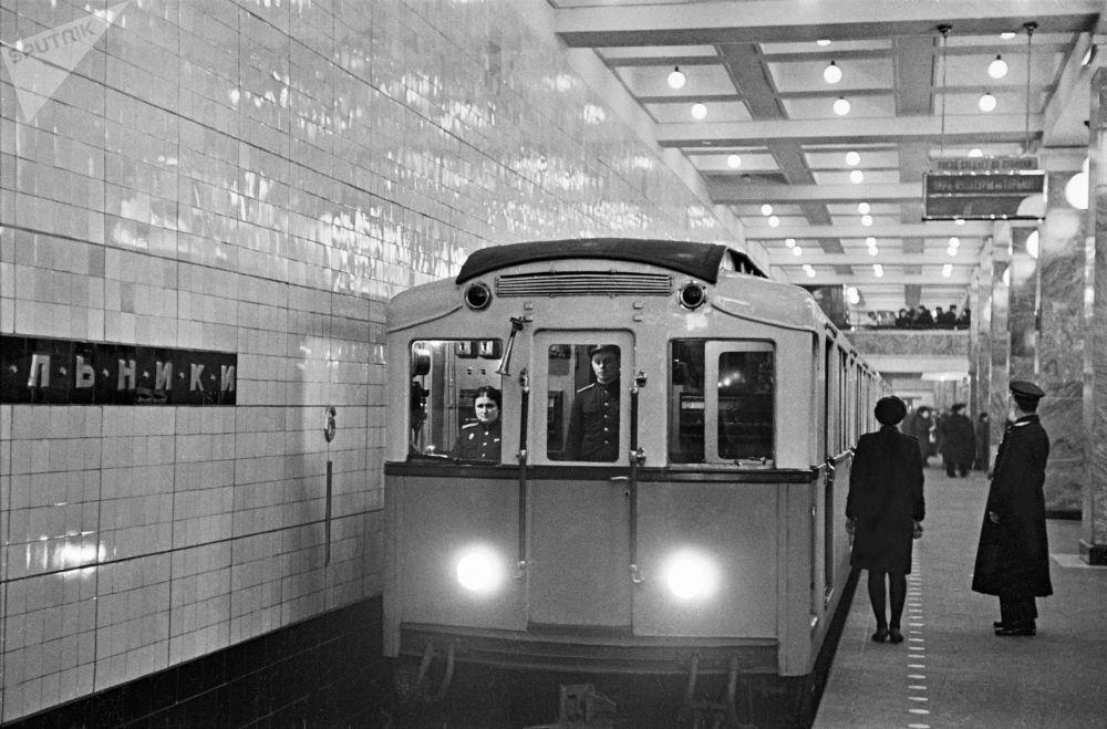 1948 - Un treno in sosta nella stazione di Sokol'niki
