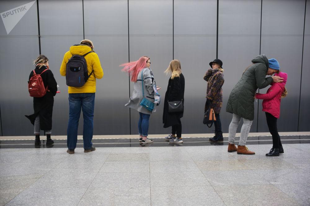 2019 - Passeggeri della metropolitana di Mosca in attesa di un treno alla stazione capolinea