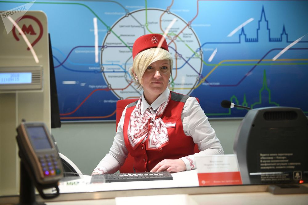 2018 - Una cassiera della metropolitana di Mosca pronta ad accogliere i numerosi turisti stranieri giunti in città per i Mondiali di calcio