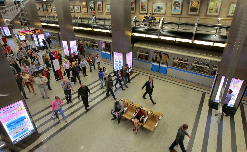 2013 - In alcune stazioni della metropolitana di Mosca la catena dei negozi di elettrodomestici Media Markt installa dei pannelli per acquistare online i propri prodotti
