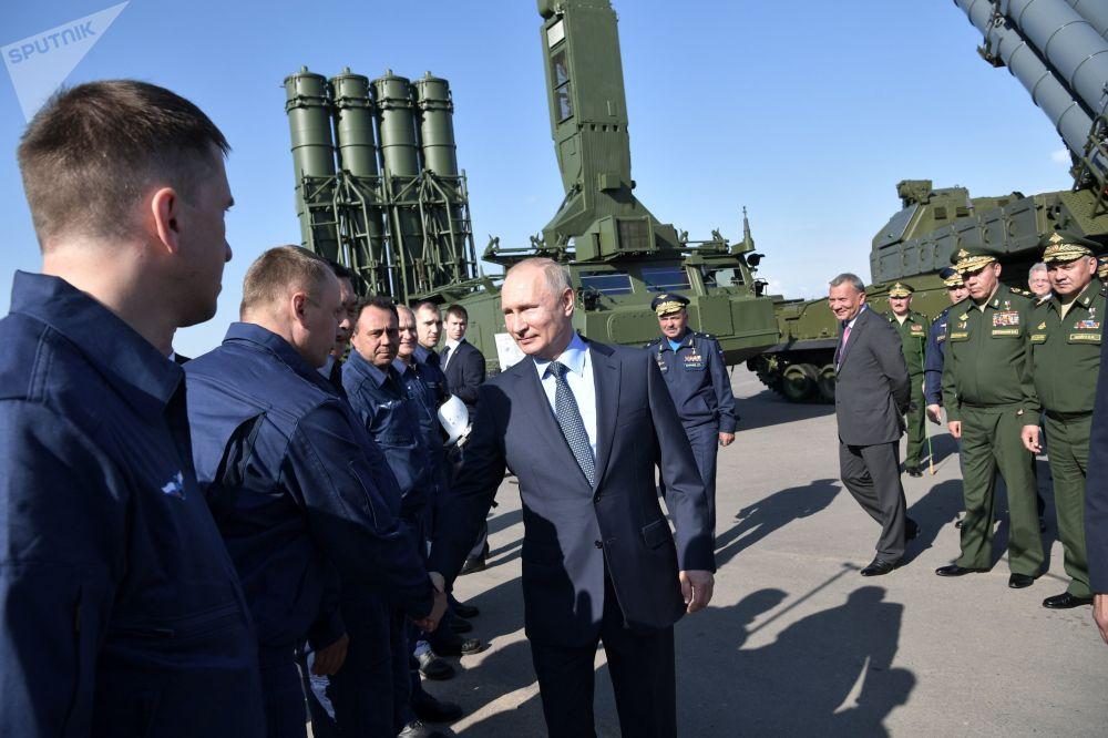 Il presidente russo Vladimir Putin incontra piloti che pilotano i caccia Su-57.