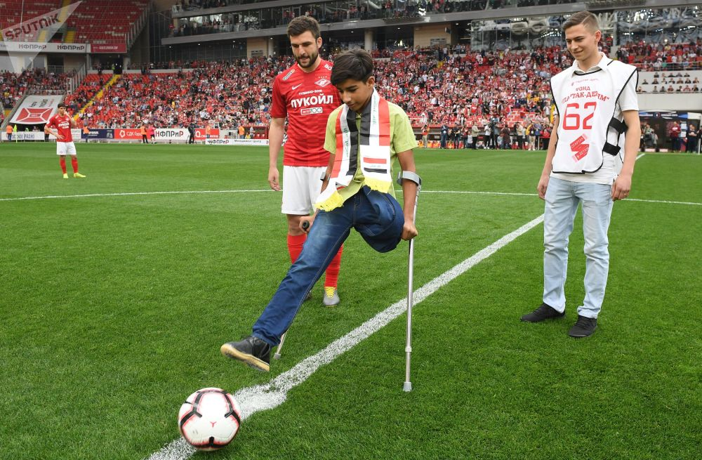 Qasim Alkadim, ragazzino iracheno protagonista della foto vincitrice del concorso Stenin, dà il calcio d'inizio della partita Spartak Mosca - Ufa