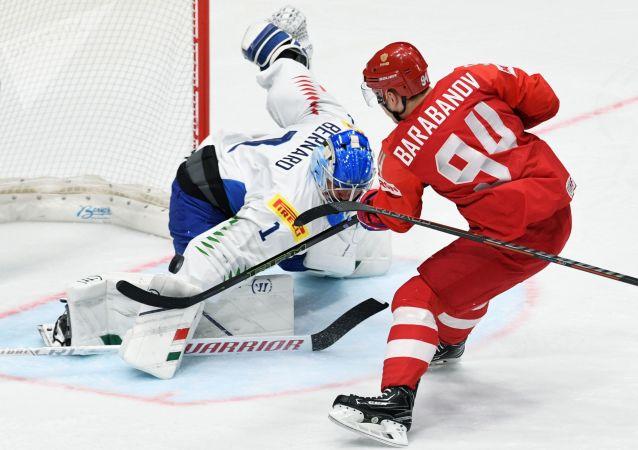 Il portiere della nazionale italiana di hockey Andreas Bernard (a sinistra) e il hockeista russo Alexander Barabanov (a destra) durante la partita di hockey tra Russia e Italia nel girone B del Campionato mondiale di hockey 2019