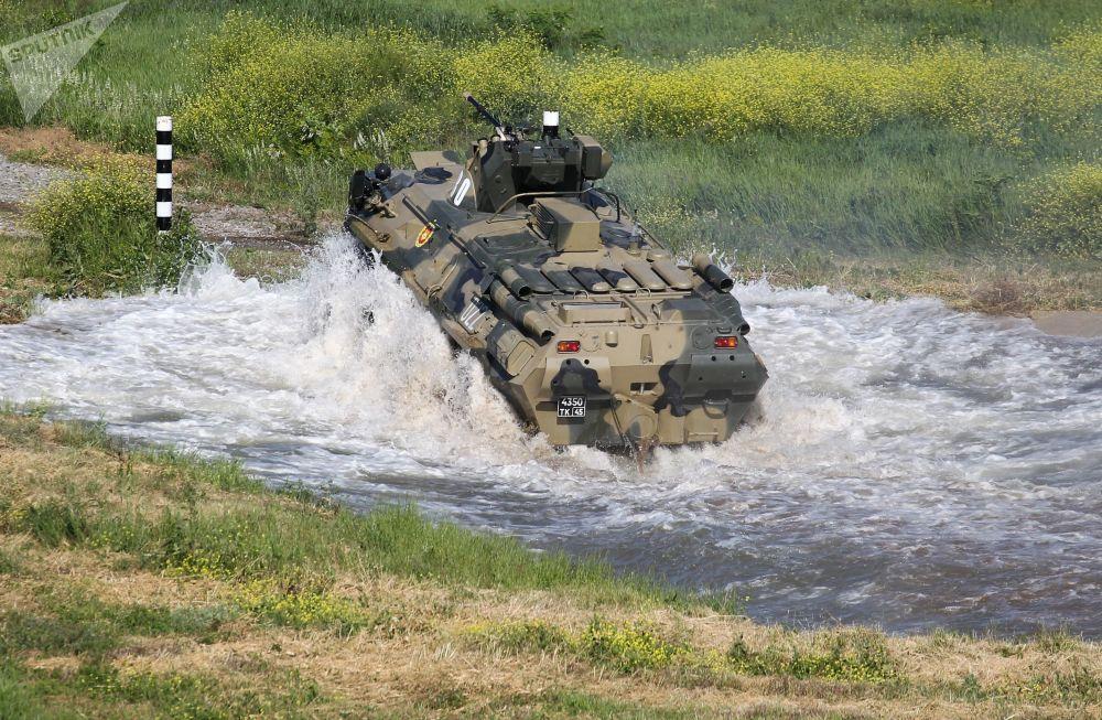 Il veicolo per il trasporto di truppe BTR-82 impiegato da una delle squadre partecipanti al concorso Cielo Pulito