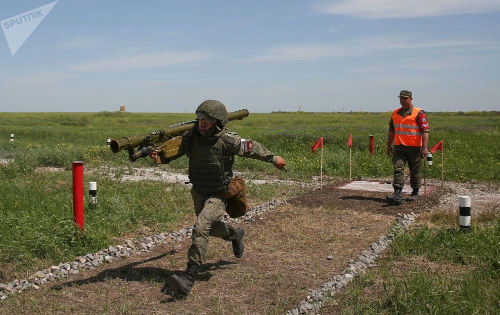Un soldato in azione con un Igla, missile antiaereo a guida infrarossa e  corto raggio, trasportabile a spalla.
