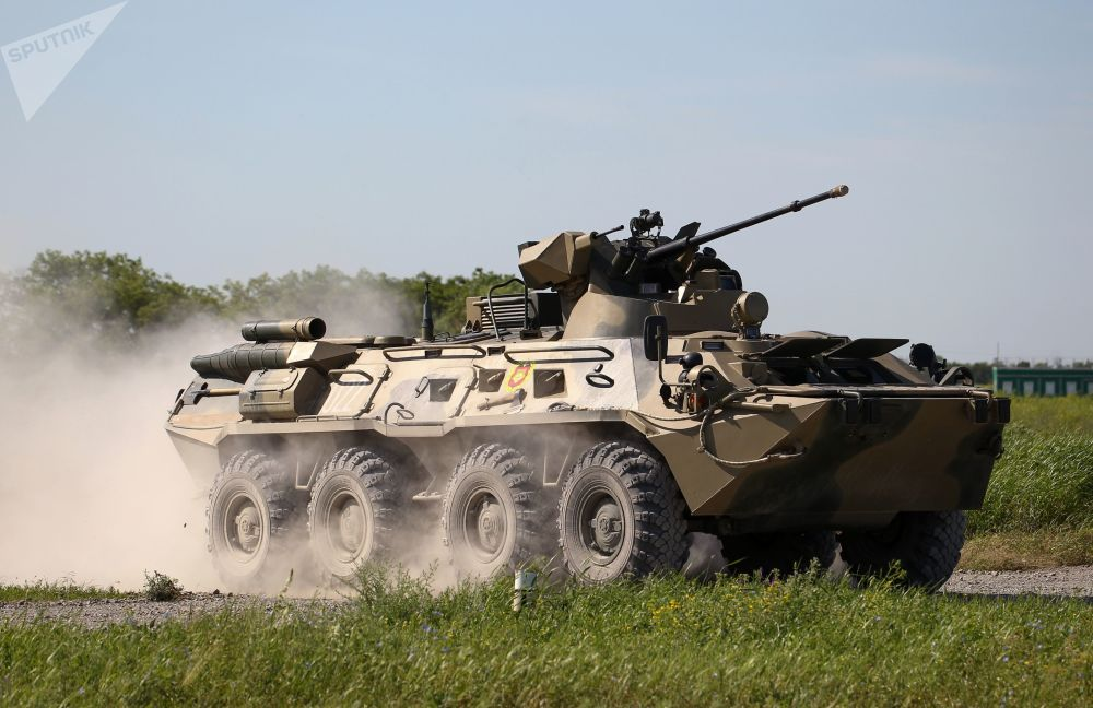 Un BTR-82 in movimento durante le prove del concorso Cielo Pulito