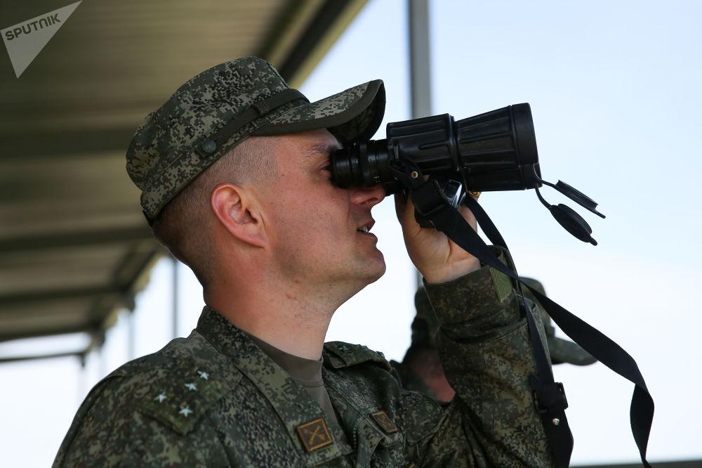 Un soldato osserva lo svolgimento delle prove